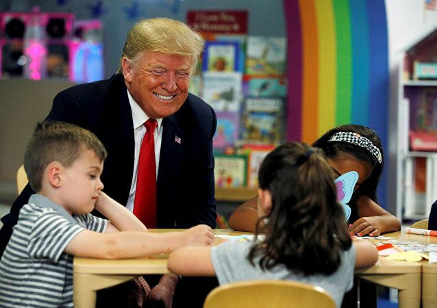 الرئيس الأمريكي دونالد ترامب يتحدث إلى أطفال خلال زيارته إلى مشفى الأطفال الوطني في كولومبوس، أوهايو، الولايات المتحدة 24 أغسطس/ آب 2018
