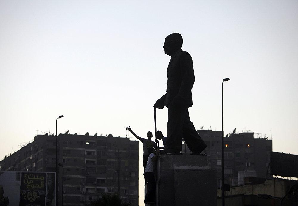 تمثال الأديب المصري نجيب محفوظ