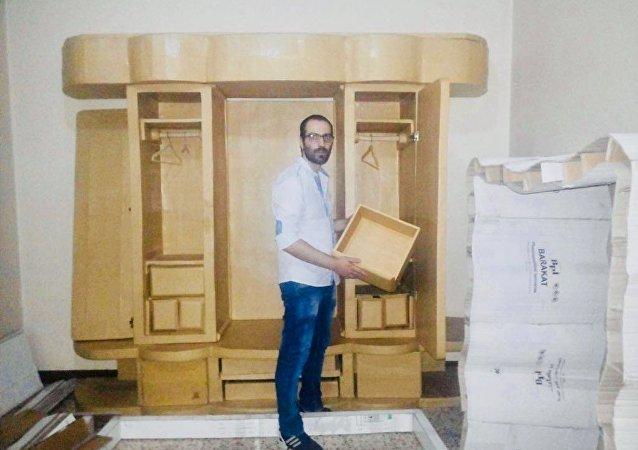 الشاب وسيم نحاس (25 عاماً)،موظف في شركة خاصة بمدينة حلب من صناعة غرفة نوم من النفايات الكرتونية