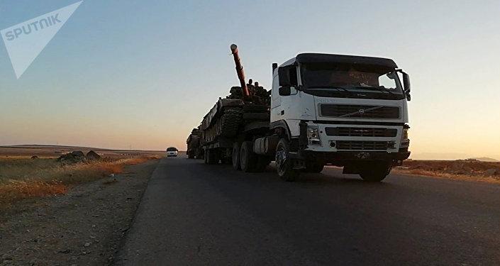 أرتال المدرعات السورية تواصل تدفقها إلى جبهة إدلب