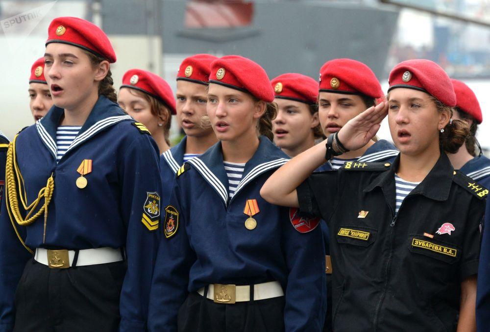 المشاركون في الاحتفال الرسمي لإبحار سفينة المناورات أسطول بحر البلطيق في فلاديفوستوك