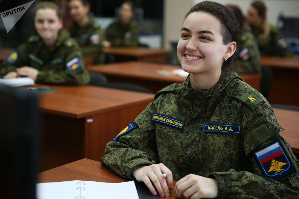 طالبات في مدرسة كراسنودار العليا للطيران العسكري (باسم بطل الاتحاد السوفيتي أ. كا. سيروف)