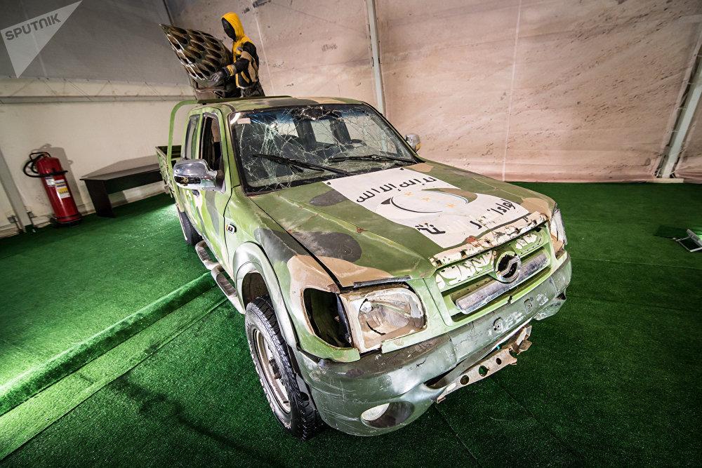 سيارة بيك آب لتثبيت الأسلحة، في معرض الأسلحة التي تم حجزها من المسلحين في سوريا، كجزء من المنتدى الفني العسكري الدولي الرابع أرمي 2018 (الجيش 2018) في كوبينكا