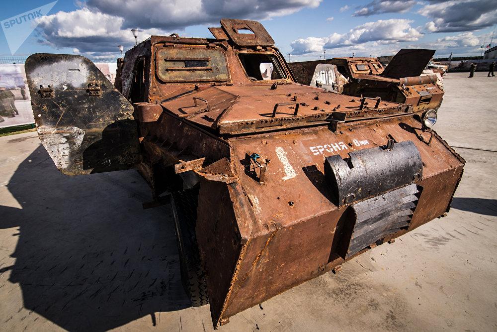 سيارة مصفحة لاند كروزر في معرض الأسلحة التي تم حجزها من المسلحين في سوريا، كجزء من المنتدى الفني العسكري الدولي الرابع أرمي 2018 (الجيش 2018) في كوبينكا