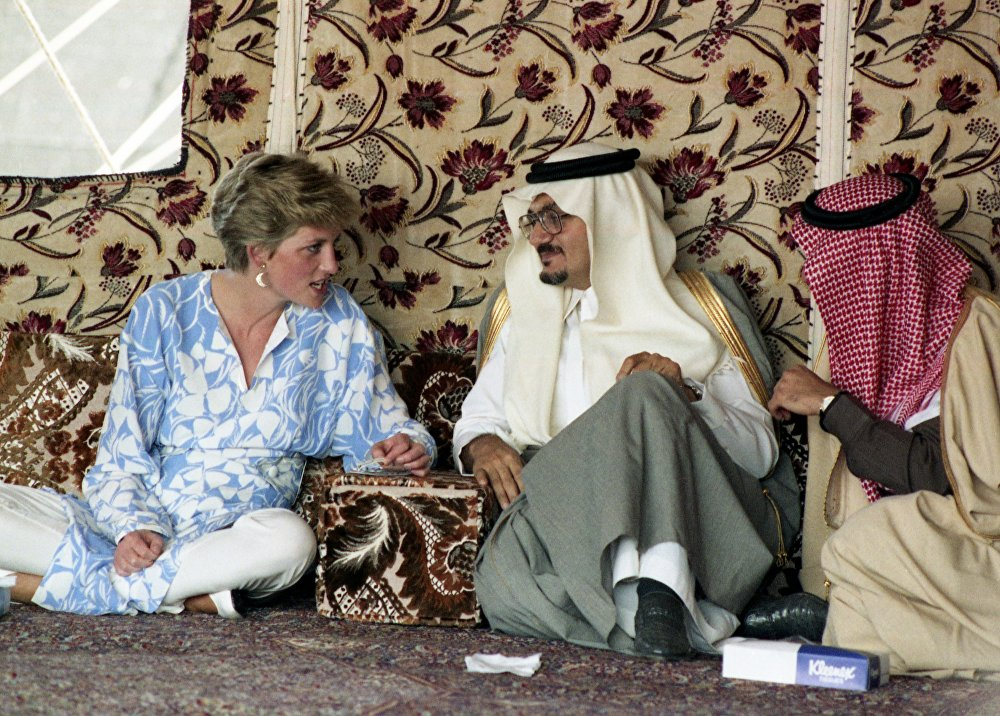 الأميرة ديانا خلال لقائها مع العاهل السعودي الملك فهد بن عبد العزيز