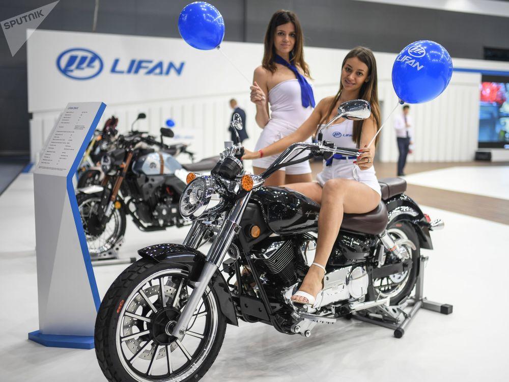 عارضات الأزياء تمثلن شركة ليفان في معرض موسكو الدولي للسيارات 2018