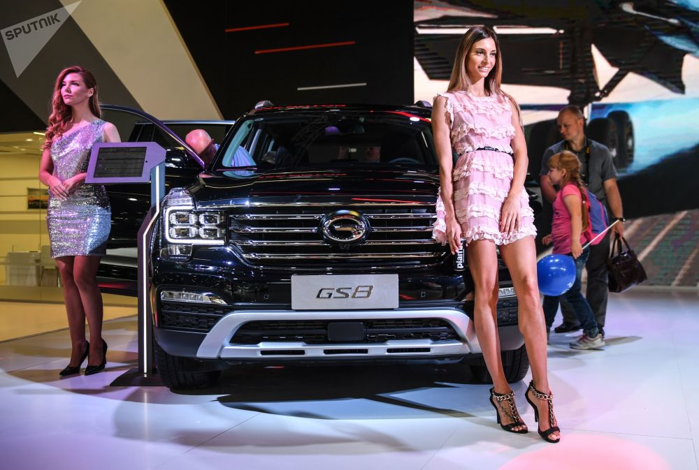 عارضة أزياء تمثل شركة GAC في معرض موسكو الدولي للسيارات 2018