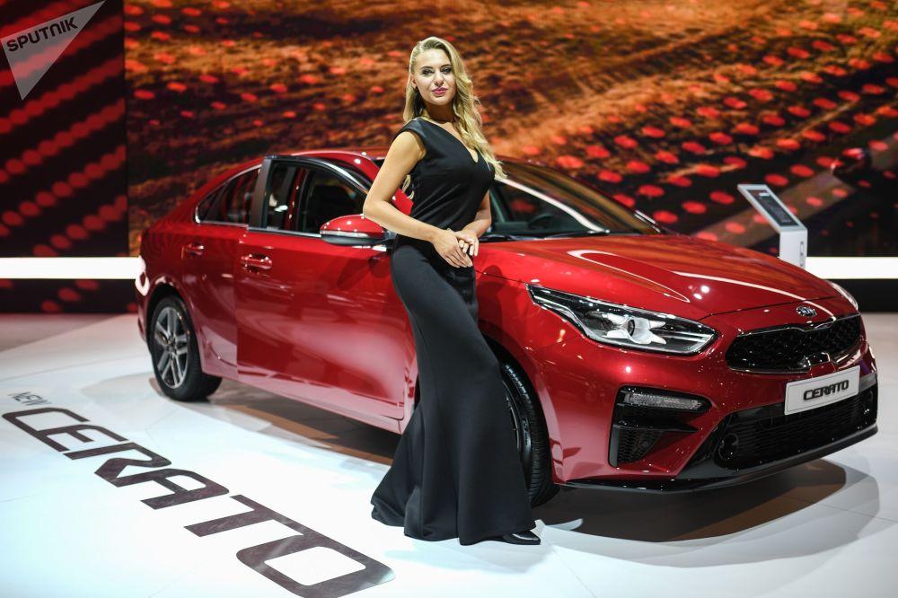 عارضة أزياء تمثل شركة كيا في معرض موسكو الدولي للسيارات 2018