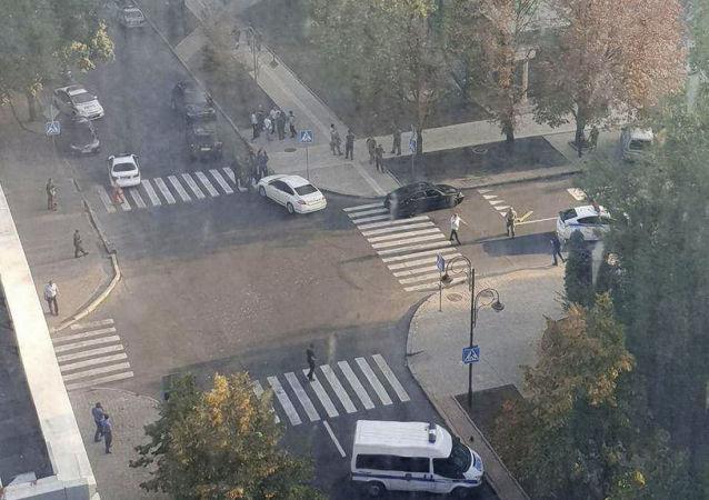 Сотрудники правоохранительных органов в Донецке после взрыва