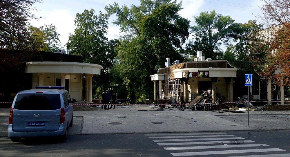 موقع الانفجار في مقهى سيبار وسط مدينة دونيتسك، على بعد عدة أمتار من مقر زاخارتشينكو