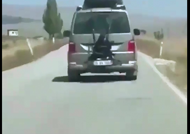 أب يربط ابنته بصندوق السيارة في أنقرة
