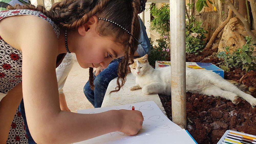 البنت ترسم الرسم للقط