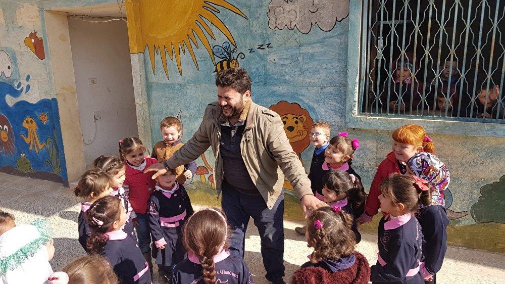 محمد علاء الجليل يلعب مع أيتام في محمية القطط