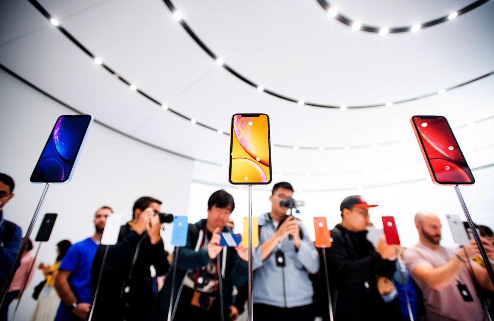 جانب من الحضور أثناء تقديم هواتف آيفون الجديدة في مدينة كوبرتينو الأمريكية