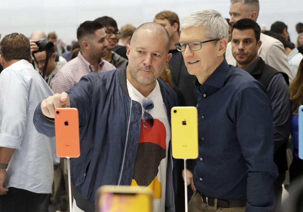 جوناثان إيف ، كبير مسؤولي التصميم في شركة أبل ينظر إلى بعض تصاميم iPhone الجديدة مع الرئيس التنفيذي للشركة تيم كوك.