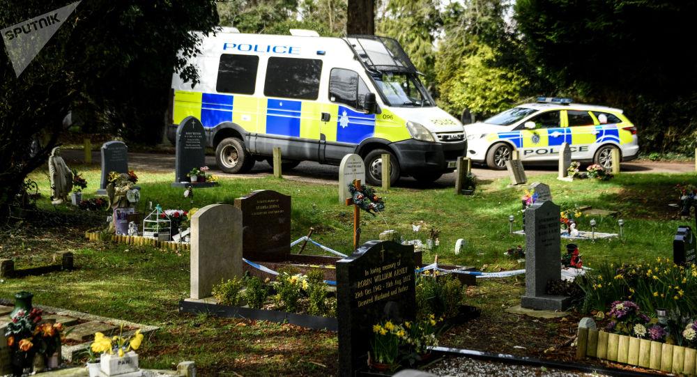 سيارات الشرطة البريطانية في مقبرة مدينة سولسبري