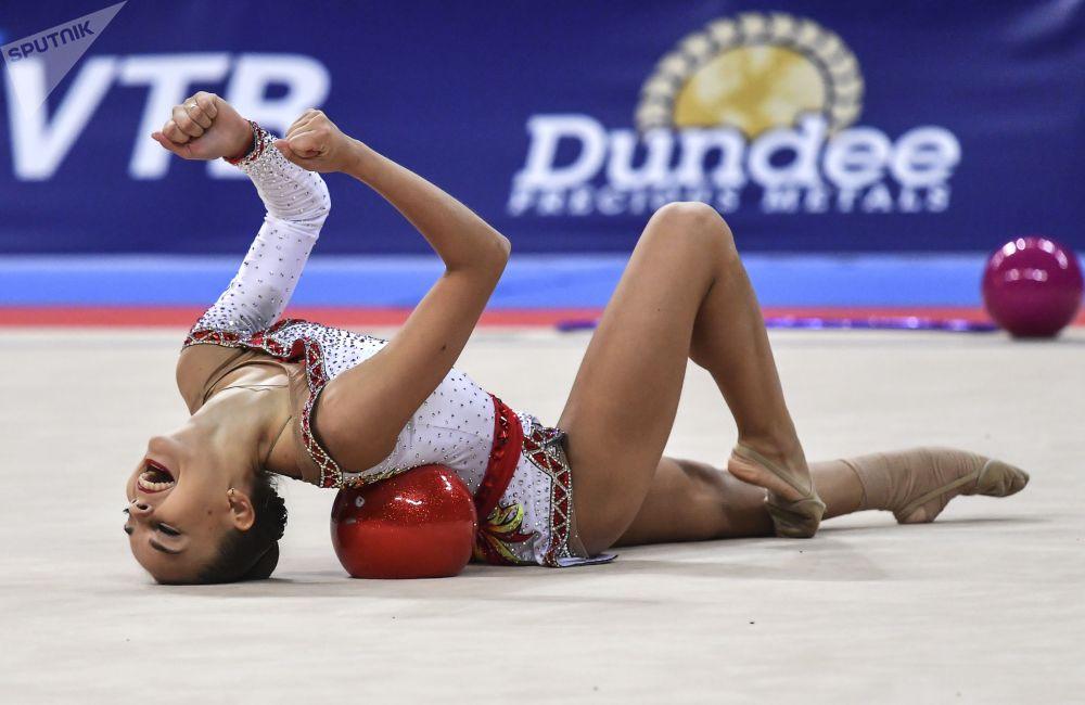 لاعبة الجمباز الروسية دينا أفيرينا تقوم بتمارين الكرة في برنامج فردي ببطولة العالم للجمباز الإيقاعي 2018 في صوفيا
