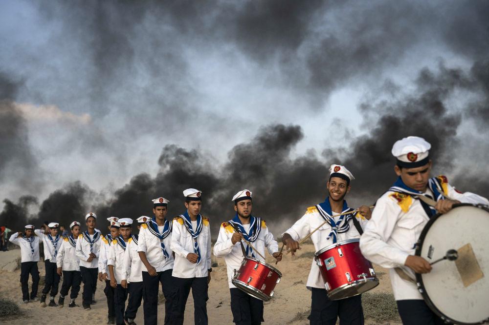شباب من الكشافة الفلسطينين خلال الاحتجاجات على الحدود مع اسرائيل في مدينة بيت لاهيا شمال قطاع غزة