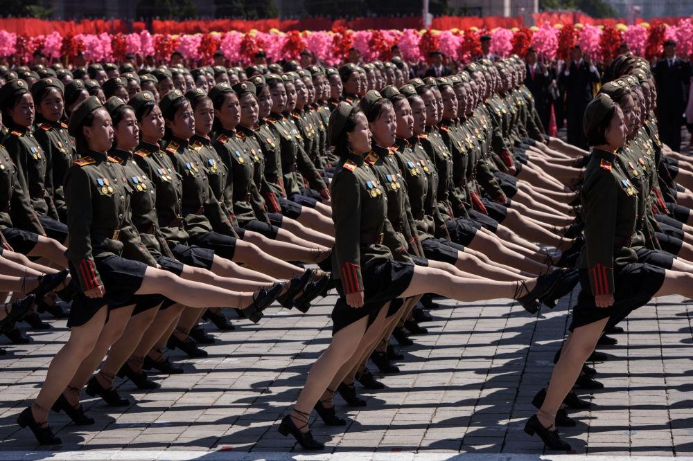المشاركون في العرض العسكري احتفالا بيوم كوريا الديموقراطية