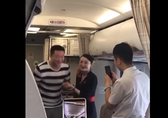 طرد مضيفة طيران بسبب طلب يدها على متن الطائرة