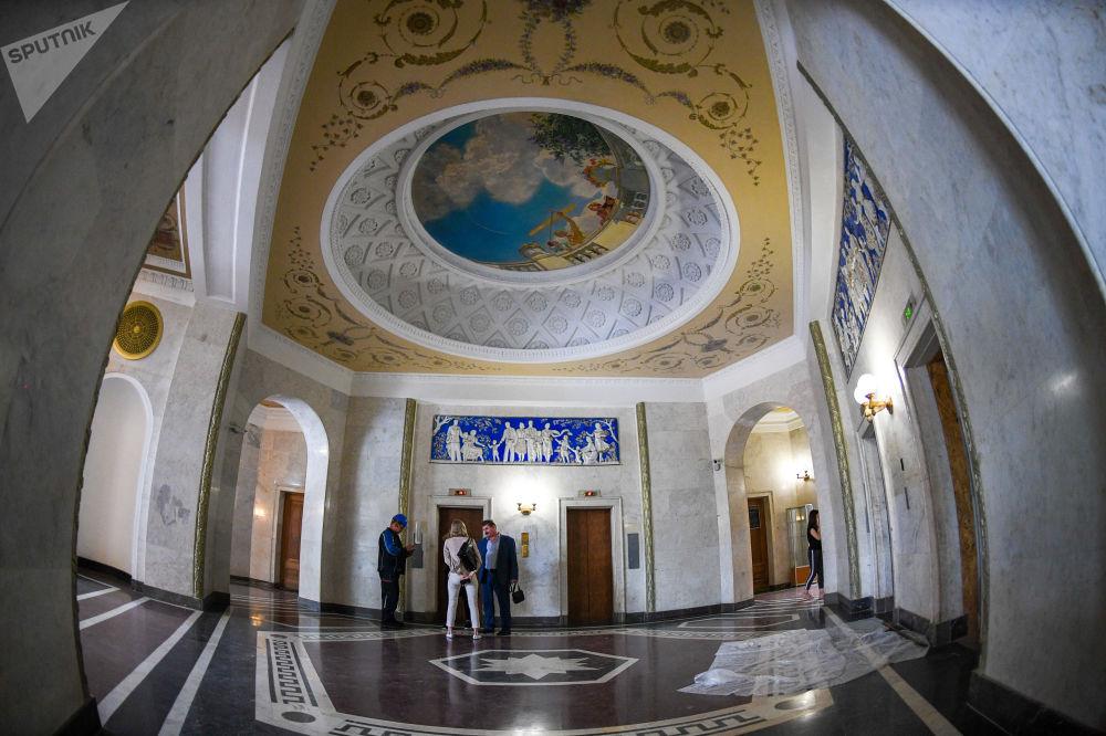 قاعة داخل ناطحة السحاب لمبنى سكني يقع على ضفة كوتيلنيتشيسكايا في موسكو