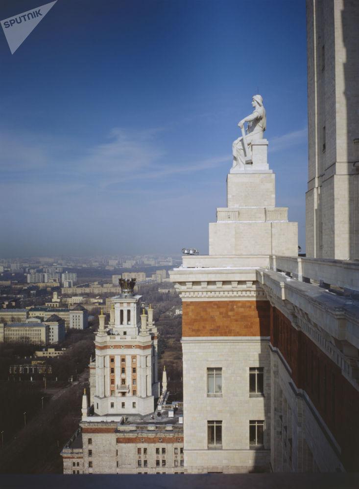 مشهد يطل على مدينة موسكو من أعلى المبنى الرئيسي لجامعة موسكو الحكومية باسم لومونوسوف