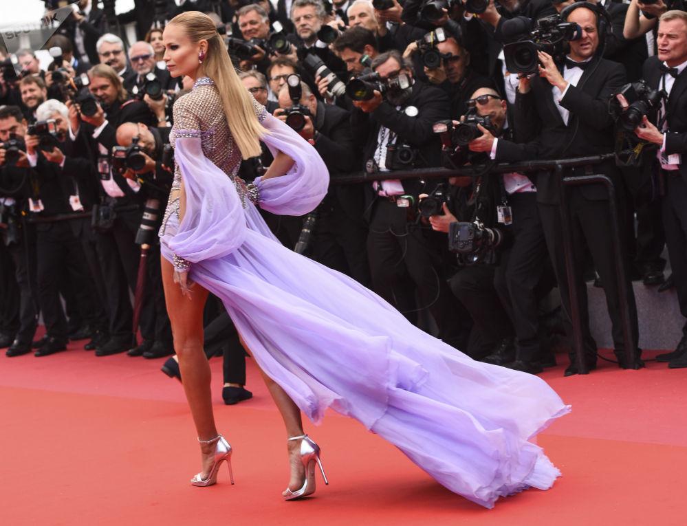 ممثلة وعارضة الأزياء الروسية نتاشا بولي في الحفل الـ 71 لمهرجان كان السينمائي