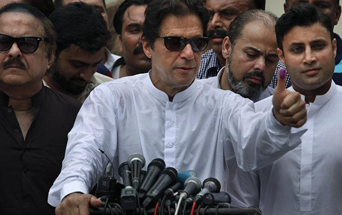 رئيس وزراء باكستان يشن هجوما حادا على نظيره الهندي ويشبهه بـ