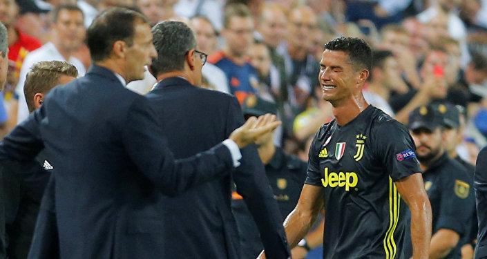 رونالدو يبكي بعد طرده من مباراة يوفنتوس وفالنسيا في دوري أبطال أوروبا