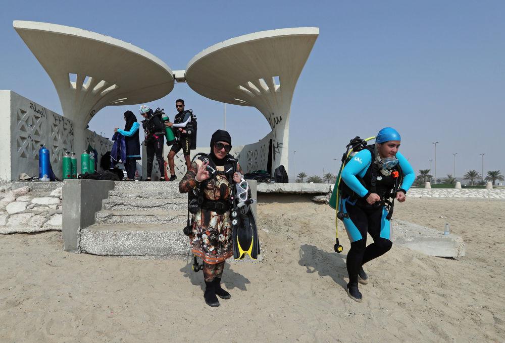 السعوديتان دانا القطري وزميلتها زينب المغاسلة تتجهان باتجاه البحر في شاطئ نصف القمر بمدينة الظهران، المملكة العربية السعودية، 15 سبتمبر/ أيلول 2018