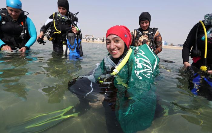 السعودية أبرار أبو عبدالله قبل الغطس في عمق مياه شاطئ نصف القمر بمدينة الظهران، المملكة العربية السعودية
