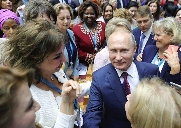 الرئيس الروسي خلال المنتدى النسائي الأوراسي