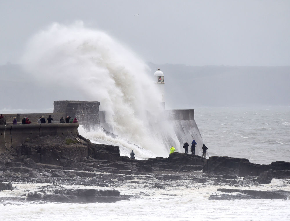 أمواج عالية في بورتكاول، ويلز، بريطانيا 18 سبتمبر/ أيلول 2018