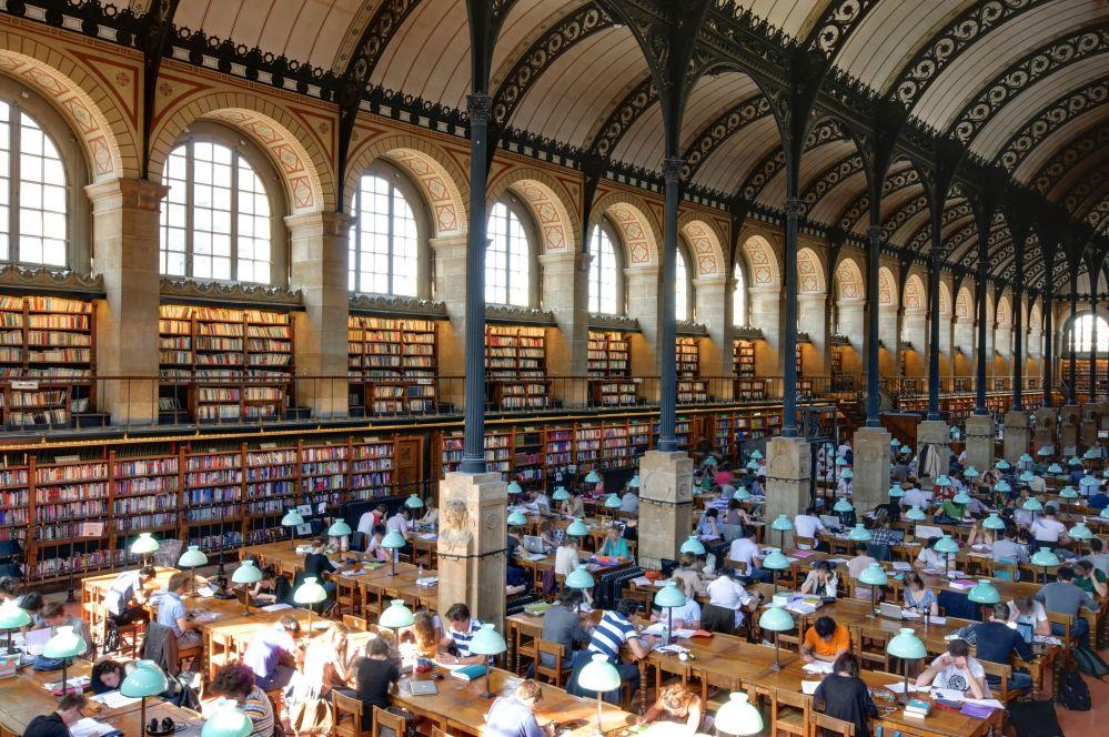 مكتبة سانت جانفيف في باريس، فرنسا