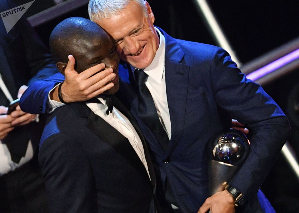 مدرب المنتخب الفرنسي ديديه ديشامب الحاصل على جائزة أفضل مدرب لهذا العام، خلال مراسم توزيع أفضل جوائز الفيفا لعام 2018