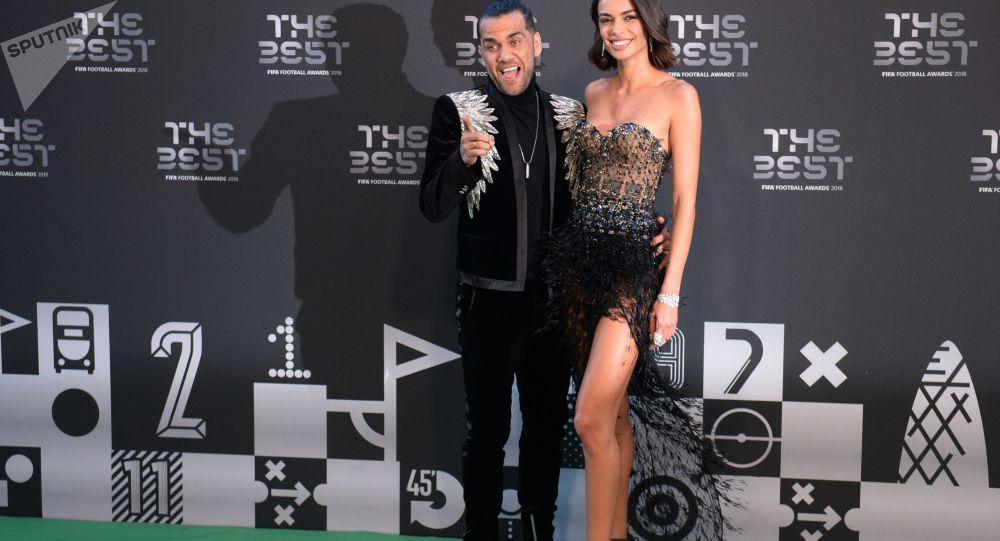 اللاعب داني ألفيس وصديقته، مراسم حفل توزيع أفضل جوائز الفيفا لعام 2018