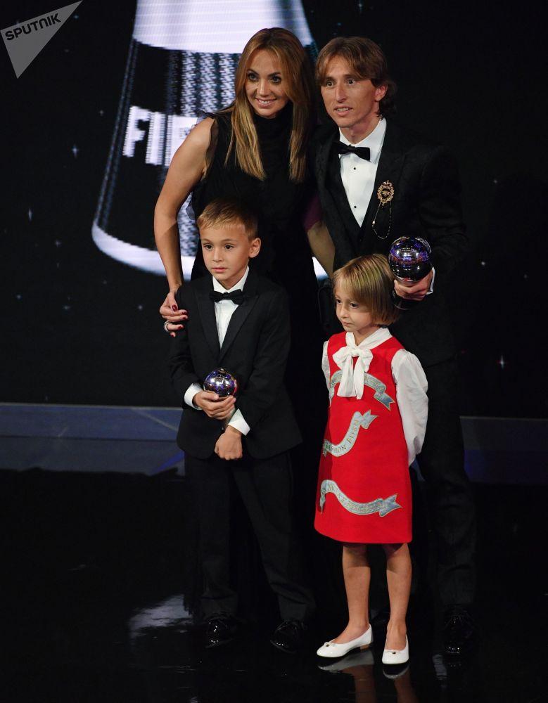 اللاعب الكرواتي لوكا مودريتش (الحاصل على لقب أفضل لاعب في العالم) وأسرته خلال حفل توزيع أفضل جوائز الفيفا 2018