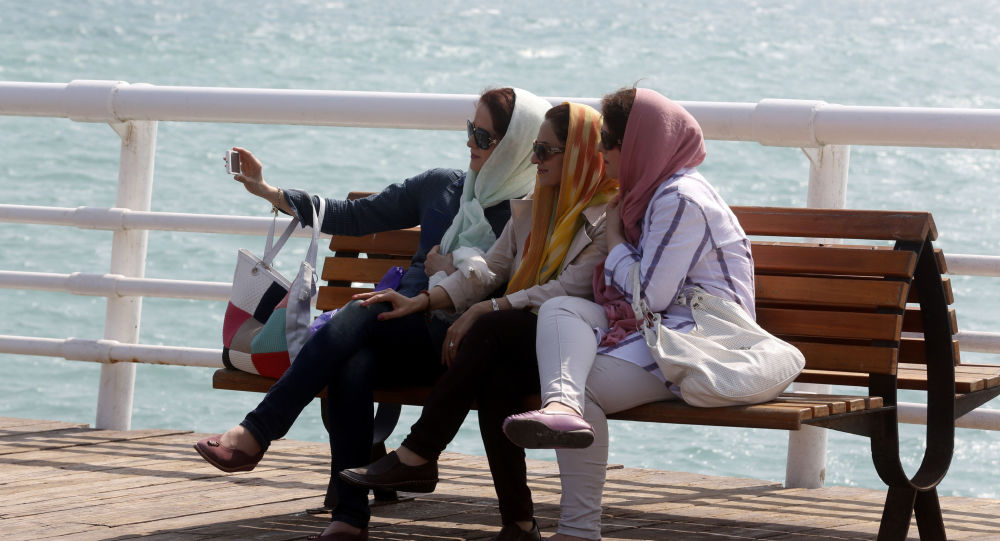 فتيات إيرانيات يلتقطن صورة سيلفي على خلفية بحر جزيرة كيش، إيران