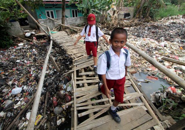 تلاميذ يتوجهون إلى المدرسة عبر جسر الخيزران في بوغور، إندونيسيا 25 سبتمبر/ أيلول 2018