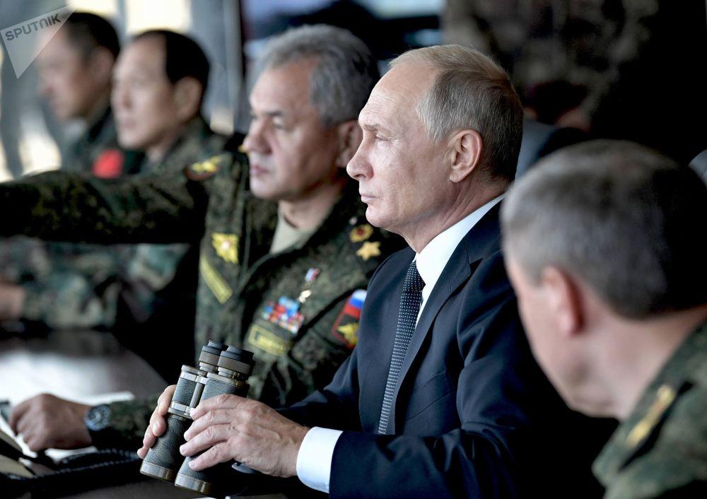 الرئيس فلاديمير بوتين يراقب المناورات العسكرية للقوات المسلحة الروسية ، المنغولية والصينية فوستوك 2018 من موقع القيادة في تسوغول، 13 سبتمبر/ أيلول 2018