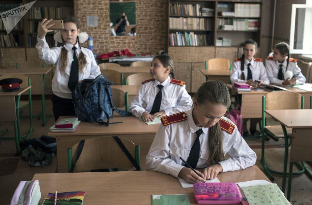 تلاميذ قبل بدء الدرس، بمدرسة رقم 4 في دونيستك