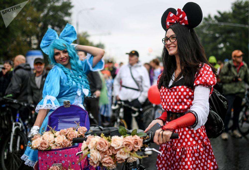 إحدى المشاركات في العرض الخريفي لركوب الدراجات الهوائية في موسكو