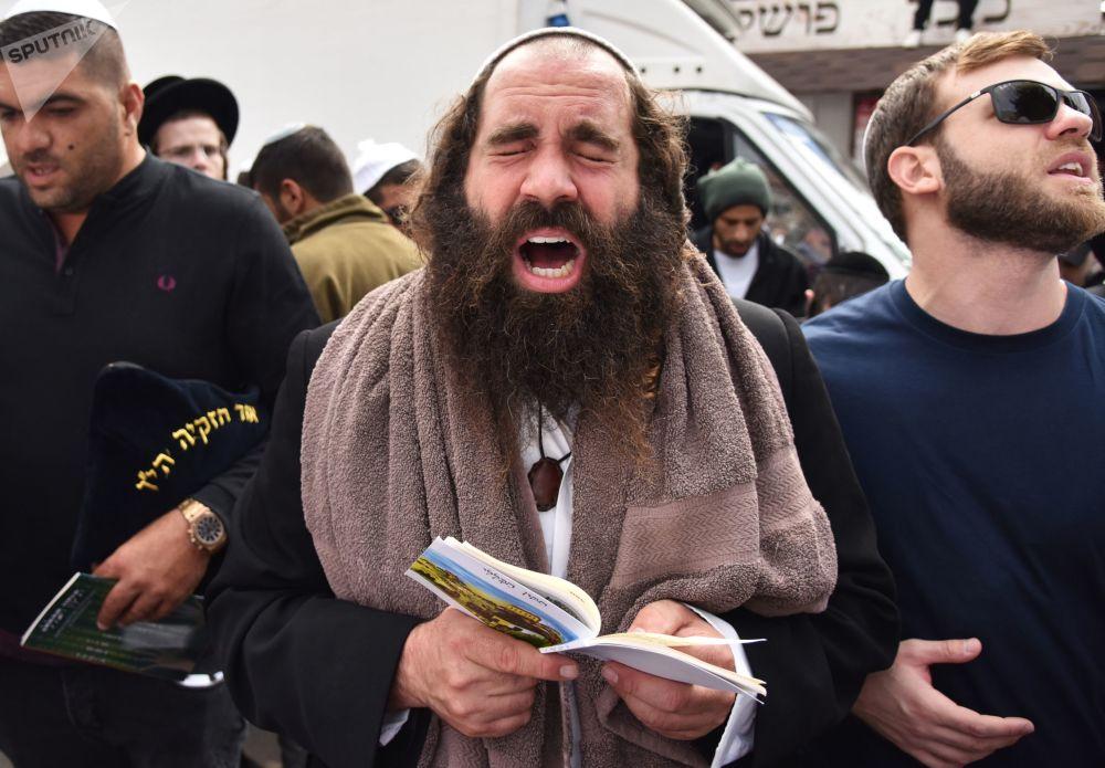 حجاج يصلون يمدينة أومان خلال الاحتفال بالسنة اليهودية الجديدة (روش خا-شانا)