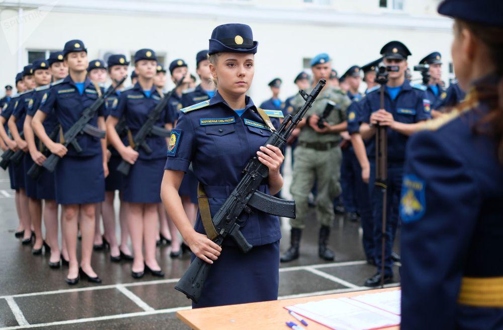 طالبات الكلية العليا للطيران العسكري (باسم البطل السوفيتي أ. ك. سيروف) خلال مراسم التخرج