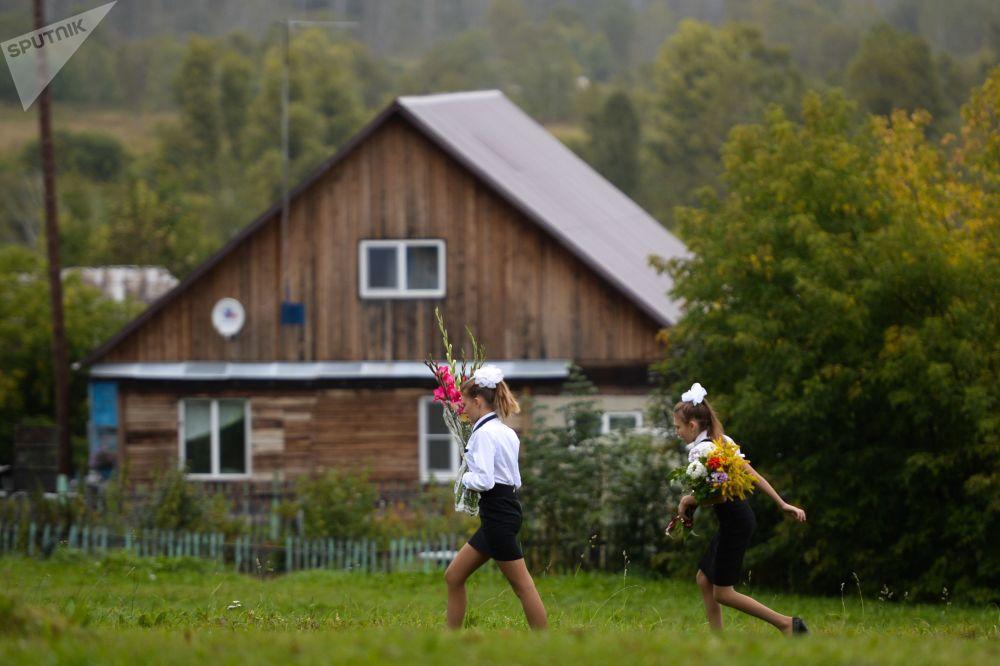 تلاميذ يحملون الأزهار ويتجهون إلى المدرسة، أول يوم دراسة، منطقة نوفوسيبيرسك الروسية