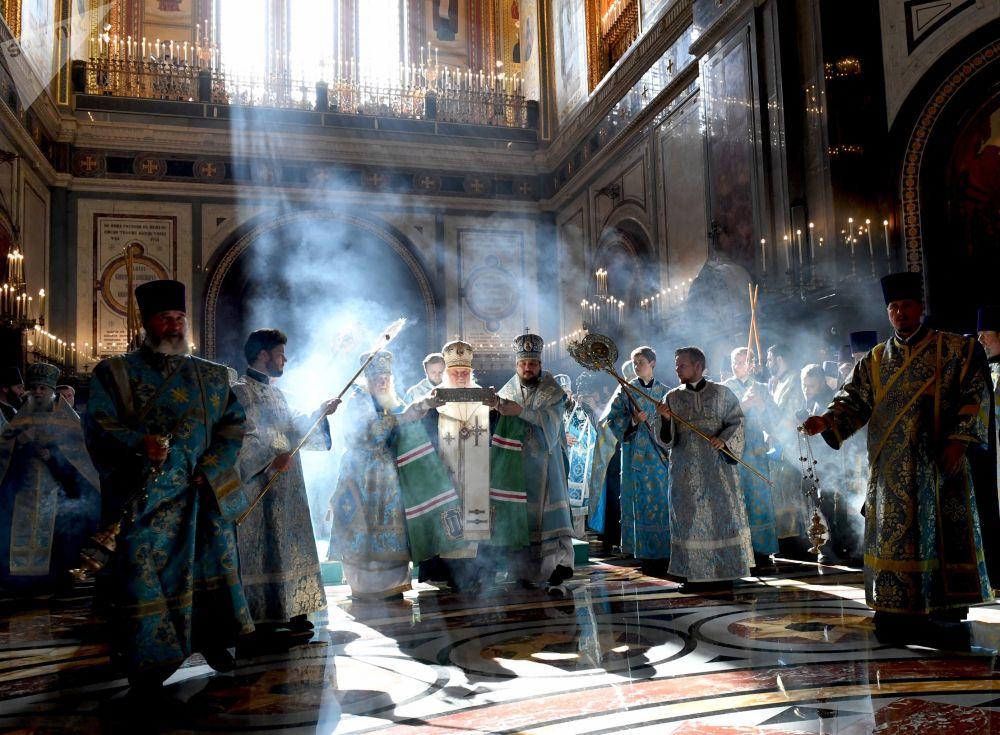 البطريرك كيريل، بطريرك موسكو وعموم روسيا، خلال مراسم تسليم رفاة القديس اسبيريدون العجائبي أسقف تريميثوس، التي سلمت من اليونان إلى روسيا، في كتدرائية المسيح المخلص بموسكو