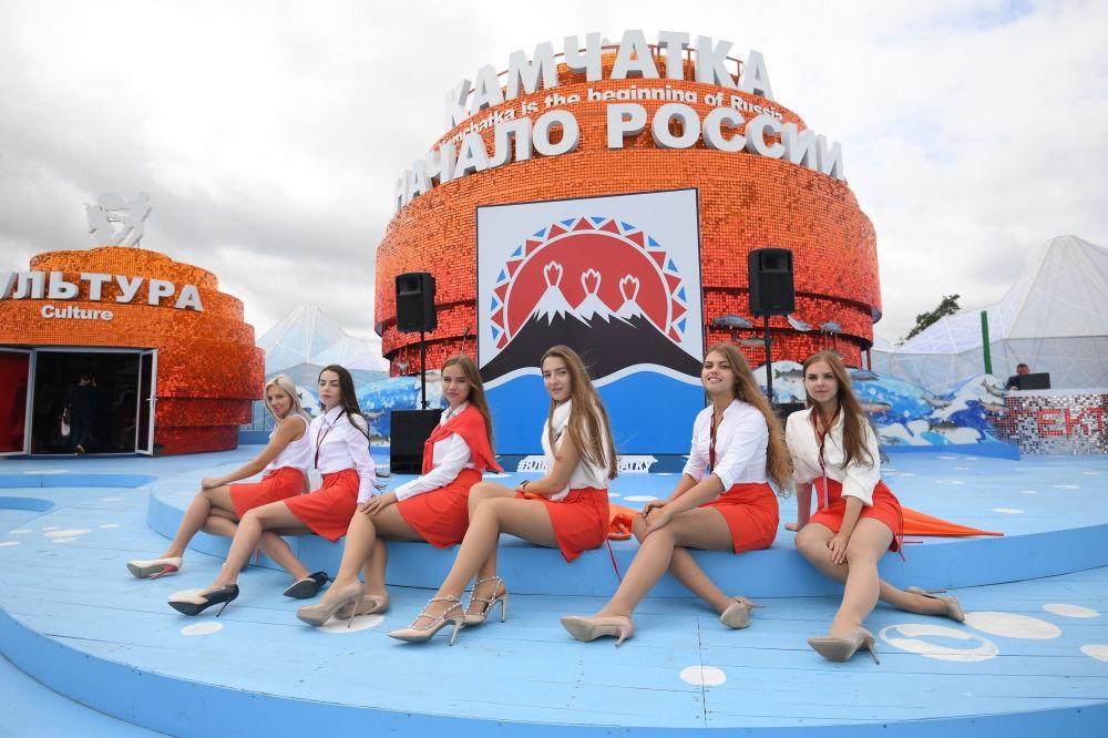 فتيات من أمام جناح كامتشاتكا على ساحة منتدى الشرق الاقتصادي في فلاديفوستوك