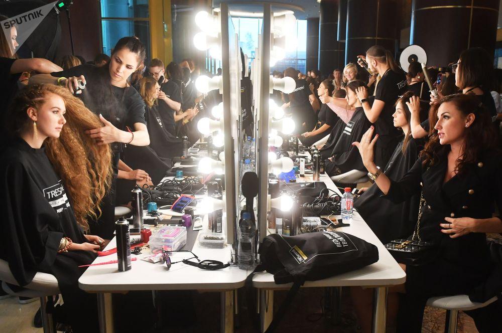عارضات أزياء يستعدن للخروج إلى المنصة، في إطار عرض أزياء أسبوع الموضة في موسكو-سيتي في موسكو