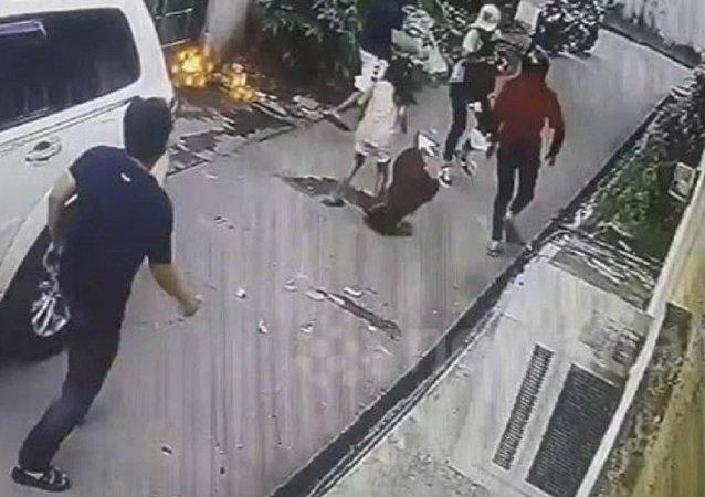 طفلة شجاعة تهاجم مسلحين حاولو سرقة والدها