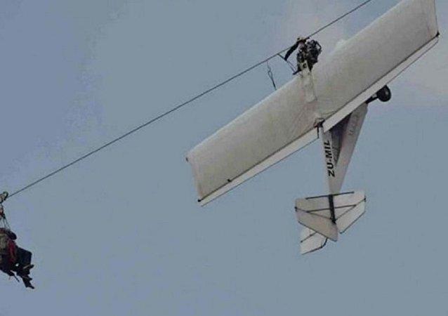 طائرة تصطدم بأسلاك الكهرباء وتتعلق بالهواء